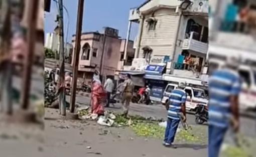 गरीब महिलेची भाजी पोलीस उपनिरीक्षकाने अक्षरश: रस्त्यावर फेकून दिली
