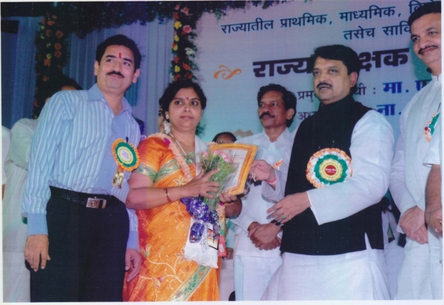 Jyotsana Vispute Got Aadarsha Shikshika Award by vilkasrao Deshmukh